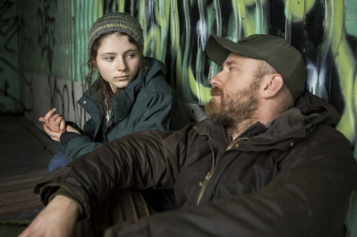 (l to r.) Thomasin Harcourt McKenzie as Tom and Ben Foster as Will star in Debra Granik's LEAVE NO TRACE, a Bleecker Street release. Credit: Scott Green / Bleecker Street.