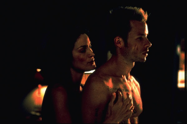 Guy Pierce and Carrie Anne Moss in Christopher Nolan's Memento