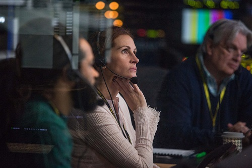 Carsey Walker, Jr. (Sam Shaw), Julia Roberts (Patty Fenn) and James Warden (Jim) in TriStar Pictures' MONEY MONSTER. Courtesy of Sony Entertainment.