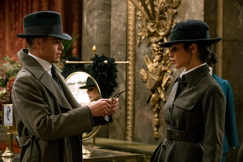 (L-R) CHRIS PINE as Steve Trevor and GAL GADOT as Diana in the action adventure WONDER WOMAN, a Warner Bros. Pictures release. Courtesy Clay Enos/ TM and © DC Comics, © 2017 WARNER BROS. ENTERTAINMENT INC. AND RATPAC ENTERTAINMENT, LLC.