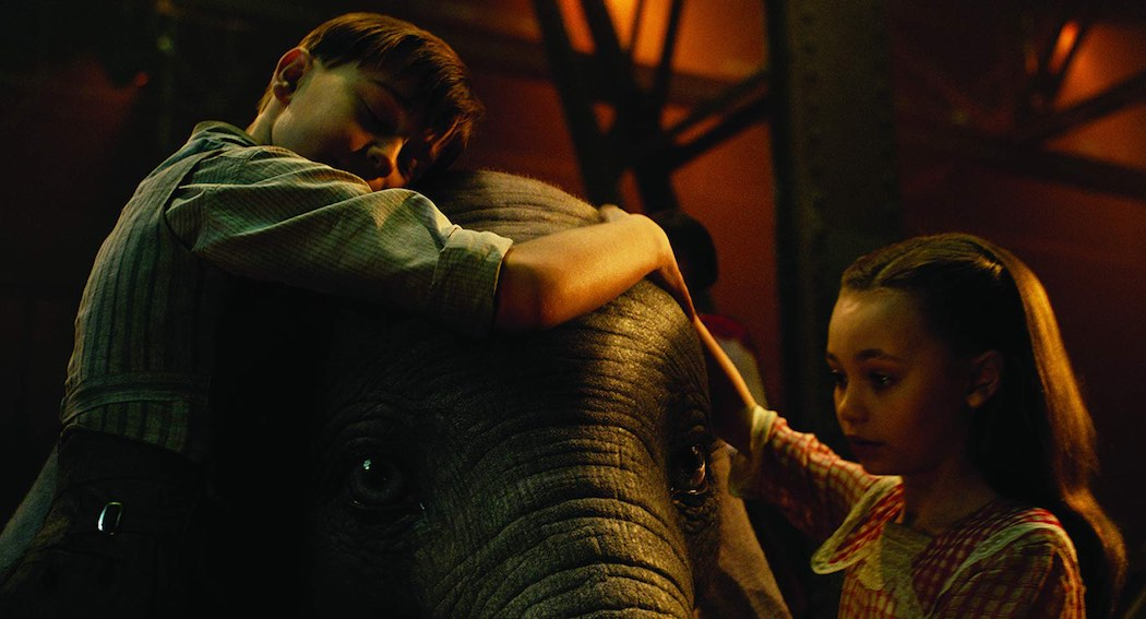 Nico Parker and Finley Hobbins in Dumbo (2019)