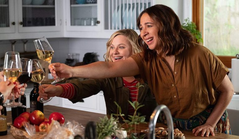 Amy Poehler and Maya Rudolph in Netflix Wine Country (2019)